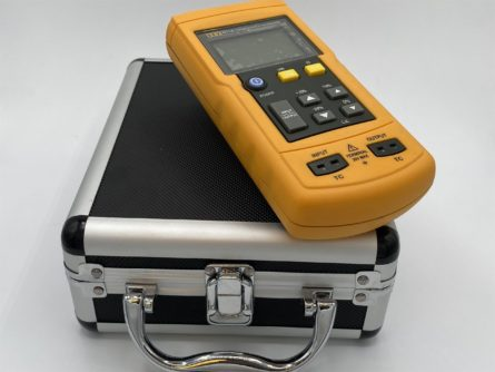 Generator – reader calibrator for thermocouples K J T N R